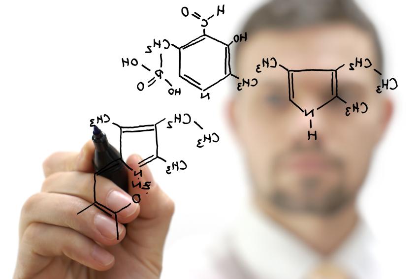 Un uomo disegna alcune composizioni molecolari dei polimeri